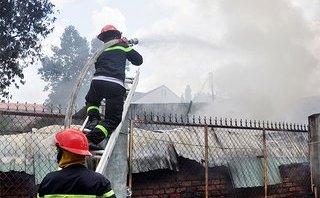 Mới- nóng - Clip: Cháy xưởng giày ở Đồng Nai, khói bốc cao hàng chục mét