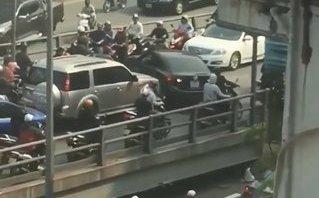 Xa lộ - Lại xuất hiện clip ô tô ngang nhiên quay đầu trên cầu vượt Thái Hà