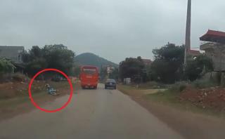 Xa lộ - Clip: Xe khách cố tình vượt ẩu, ép xe máy văng vào vệ đường