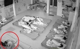 Mới- nóng - Clip: Phẫn nộ cảnh 2 giáo viên mầm non dùng chân đạp vào người trẻ