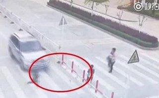 Xa lộ - Clip: Mải dùng điện thoại, mẹ để con trai bị xe tông khi qua đường