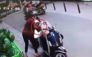 Mới- nóng - Clip: Hai người phụ nữ dàn cảnh, móc trộm túi xách ngay giữa phố