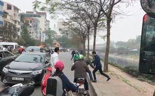 Xa lộ - Clip: Va chạm giao thông, 2 người đàn ông lao vào đánh nhau ngay giữa phố