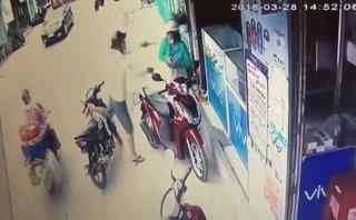 Mới- nóng - Clip: Cô gái bị kề dao vào cổ, cướp điện thoại ngay giữa ban ngày