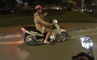 Xa lộ - Clip: Địu trẻ trước ngực, người phụ nữ vẫn thản nhiên bấm điện thoại khi lái xe