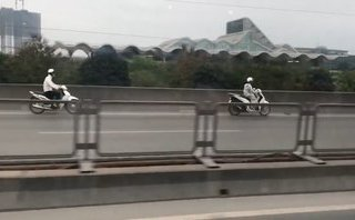 Xa lộ - Clip: 4 xe máy nối đuôi nhau phóng ngược chiều trên đường vành đai 3