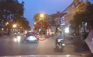Xa lộ - Clip: Tài xế mở cửa xe bất cẩn khiến 2 thanh niên ngã văng xuống đường