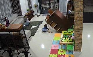 Mới- nóng - Clip: Bé trai thoát chết trong gang tấc khi bị tủ gỗ đổ vào người