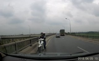 Xa lộ - Clip: Thót tim cảnh người phụ nữ chở người già, trẻ nhỏ đi ngược chiều trên cầu