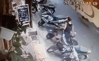 Mới- nóng - Người phụ nữ thản nhiên trộm xe đạp điện ngay giữa phố Hà Nội