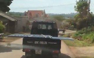 Mới- nóng - Clip: Khiếp vía cảnh xe tải chở 'lưỡi hái tử thần' chạy băng băng trên đường
