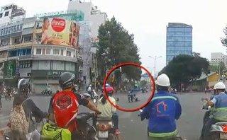 Mới- nóng - Clip: Cướp giật túi xách, kéo lê cô gái hàng chục mét giữa phố Sài Gòn
