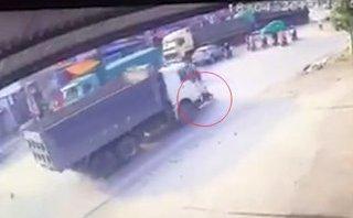 Xa lộ - Clip: Người phụ nữ bị xe ben cuốn vào gầm, cán tử vong tại chỗ