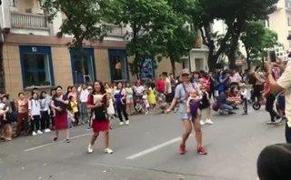 Cộng đồng mạng - Mẹ 'bỉm sữa' địu con nhảy trên phố đi bộ khiến nhiều người thích thú