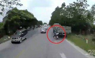 Xa lộ - Clip: Người đàn ông may mắn thoát chết khi tông vào đuôi xe tải