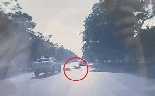 Xa lộ - Clip: Xe bán tải cố tình vượt ẩu, hất tung xe máy ở Nghệ An
