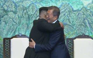 Mới- nóng - Clip: Cái ôm lịch sử giữa Tổng thống Moon Jae-in và nhà lãnh đạo Kim Jong-un