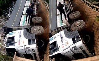 Mới- nóng - Clip: Sập cầu ở Lâm Đồng, xe tải hàng chục tấn rơi xuống sông