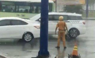 Mới- nóng - CSGT dầm mưa, đứng điều tiết giao thông trong dịp lễ khiến dân ấm lòng