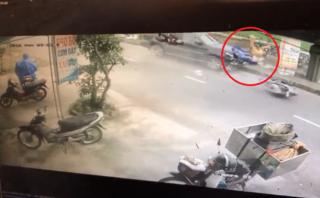 Mới- nóng - Clip: Ô tô phóng tốc độ cao tông xe máy văng xa hàng chục mét