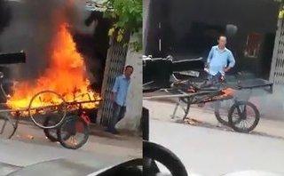 Mới- nóng - Clip: Xe kéo dừng trước cửa nhà, người đàn ông đổ xăng đốt trụi