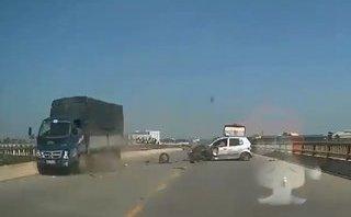 Mới- nóng - Clip: Kinh hoàng khoảnh khắc taxi chạy lấn làn bị xe tải tông nát đầu