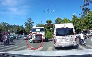 Mới- nóng - Clip: Đi vào điểm mù, người đàn ông thoát chết dưới bánh xe bồn