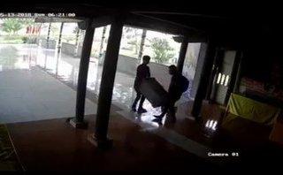 Mới- nóng - Clip: 2 thanh niên thản nhiên vào chùa khiêng trộm hòm công đức