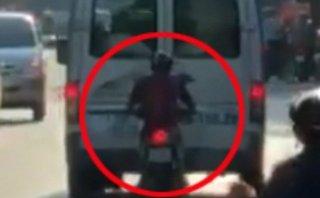Xa lộ - Clip: Thanh niên liều lĩnh bám sát đuôi ô tô để... 'tránh nắng'