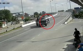 Xa lộ - Tông vào xe tải đang quay đầu, 2 thanh niên may mắn thoát chết
