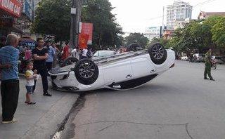Xa lộ - Clip: Ô tô lật ngửa giữa đường sau khi tông vào hông xe Mazda