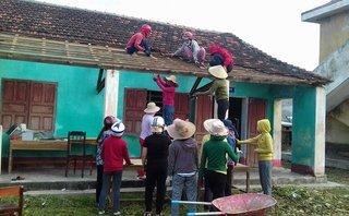 Chính trị - Xã hội - Nữ giáo viên dọn gạch, lợp ngói trường sau bão