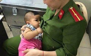 Chính trị - Xã hội - Xúc động hình ảnh nữ công an Hà Nội cho cháu bé bị bỏ rơi bú