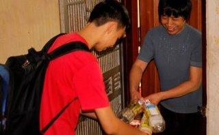 Giáo dục - Xúc động nhóm sinh viên lượm ve chai làm từ thiện