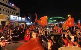 Bóng đá Việt Nam - Người dân thành Vinh đổ ra đường thể hiện niềm tự hào về U23 Việt Nam