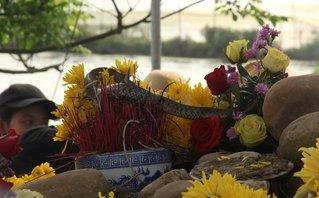 Văn hoá - Thả 'rắn thần' về tự nhiên, ngôi mộ 'bà ăn mày' vẫn nhộn nhịp người cúng bái