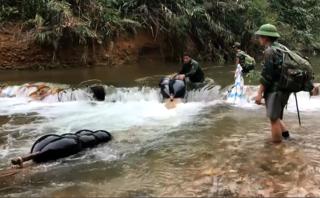 """Quảng Bình: Cận cảnh gần 100m³ gỗ lậu chở bằng """"phao"""" ra khỏi rừng"""