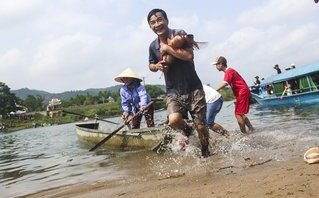 """Văn hoá - Độc đáo cảnh ôm cá trắm """"khủng"""" đi thi ở Quảng Bình"""