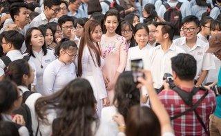 Ngôi sao - Hoa hậu Đỗ Mỹ Linh đẹp tựa sương mai giữa 'vòng vây' học sinh