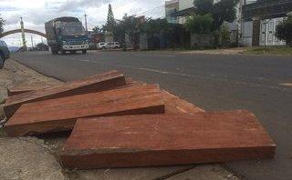 An ninh - Hình sự - Bị truy đuổi, đối tượng lái ôtô chở gỗ lậu vứt tang vật tẩu thoát