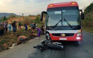 Tin nhanh - Hiện trường tai nạn xe máy với xe khách, 2 vợ chồng tử vong tại chỗ
