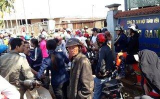 Tin nhanh - Gia Lai: Hàng trăm người dân nước mắt lưng tròng, vây kín đại lý nông sản đòi nợ