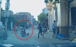 Video - Clip: Chạy sang đường bất ngờ, bé gái suýt bị xe máy chèn qua người