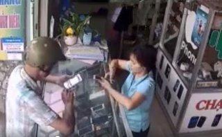Pháp luật - Clip: Nam thanh niên vờ mua hàng rồi cầm điện thoại bỏ chạy