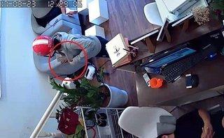 Video - Clip: Ngủ say, 2 nhân viên bị người phụ nữ vào 'cuỗm' mất ví