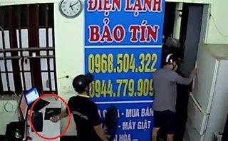 Video - Clip: Trộm dàn cảnh, 'cuỗm' 2 điện thoại và laptop trong 30 giây