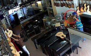Video - Clip: Người đàn ông trộm điện thoại cực nhanh trong cửa hàng piano
