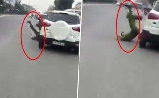 Video - Clip: Chiến sĩ công an bị ô tô lạng lách hất văng xuống đường