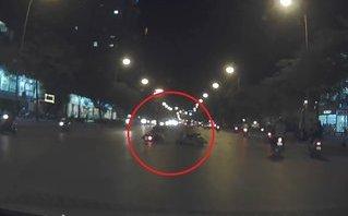 Video - Clip: 2 thanh niên chạy xe tốc độ cao tông trúng người sang đường