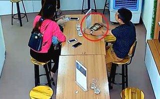 Video - Clip: Thanh niên che chắn, móc trộm tiền trước mặt 2 cô gái